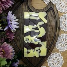 Ремесленный шоколад на меду белый на темном с клубникой и фундуком 95 грамм